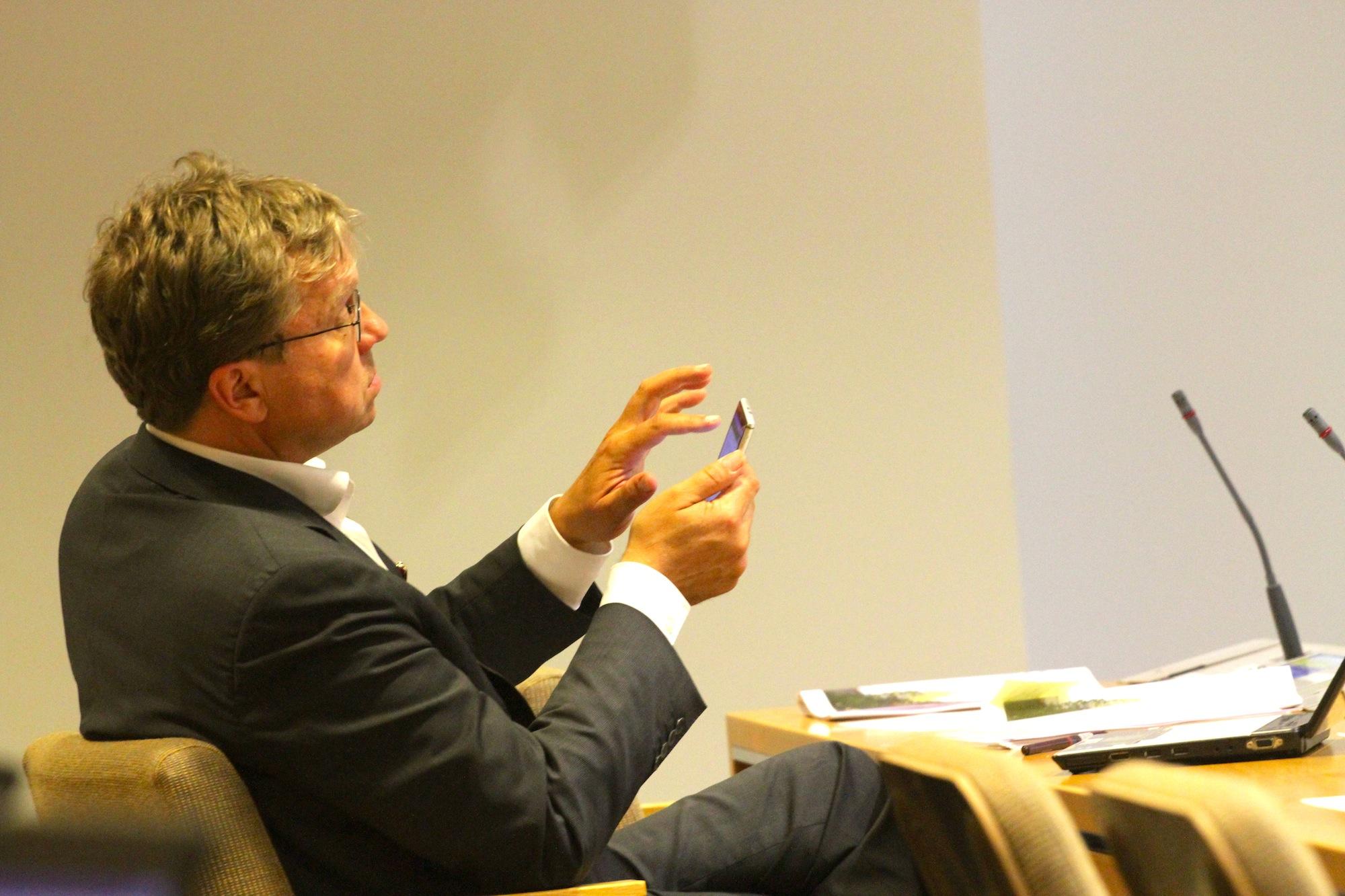 Pekka Sauri on aktiivisimpia kuntapäättäjiä sosiaalisessa mediassa. Siellä hän kertoi pormestariaikeistaankin. (Kuva: Ville Miettinen)