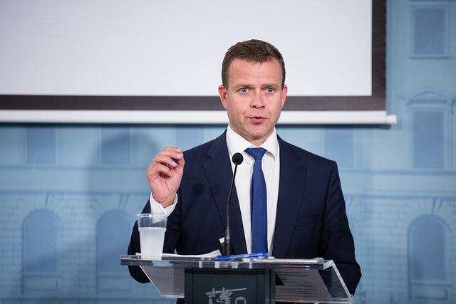 Valtiovarainministeri Petteri Orpo kaipaa läpinäkyvyyttä, mutta varoittaa raskaasta lainsäädännöstä. (Kuva: VN/Laura Kotila)