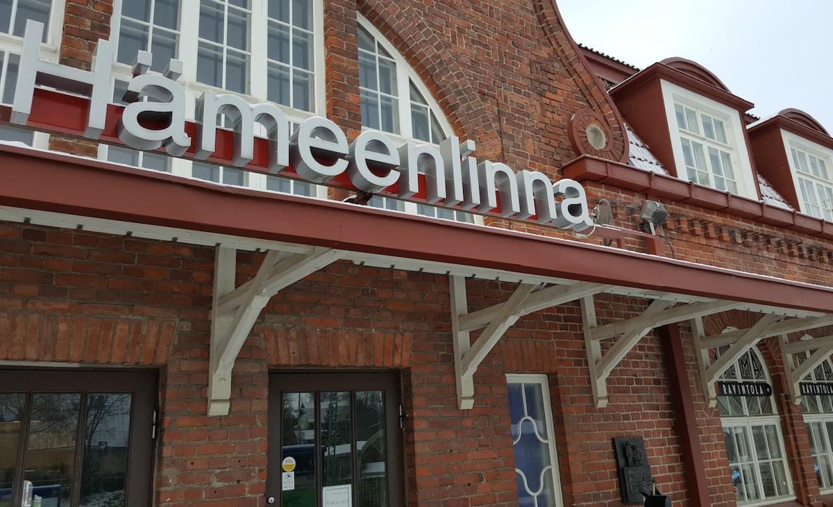 Hämeenlinnan vanha asemarakennus tuhoutui sisällissodassa 1918. Nykyinen, Thure Hellströmin piirtämä, rakennus avattiin 1921. (Kuva: Ville Miettinen)