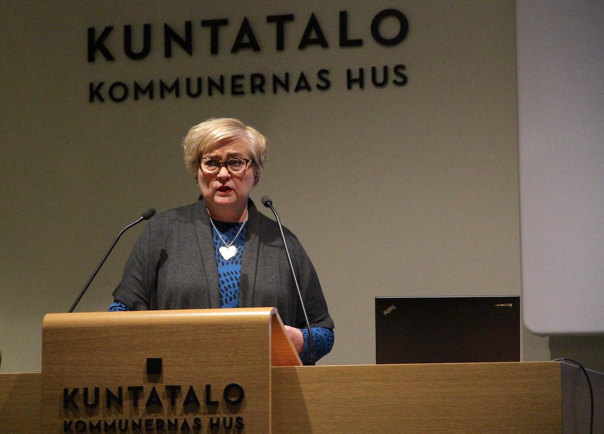 Kunta- ja uudistusministeri Anu Vehviläisen mielestä kaksoiskuntalaisuus olisi selvittämisen arvoinen asia.