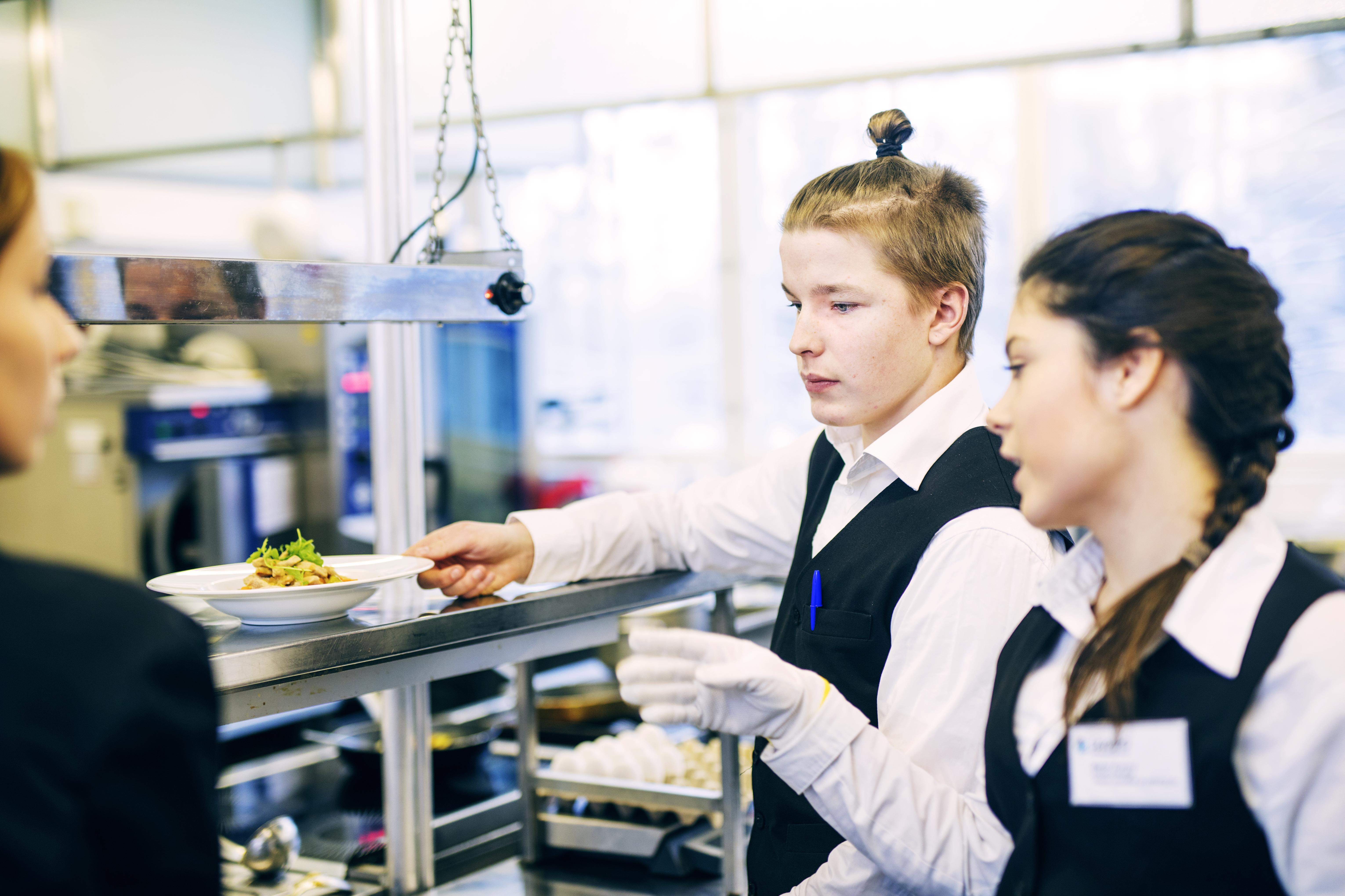 Ammatillinen koulutus on suuren mullisetuksen edessä. Kevin Linno ja Mariia Zhukova opiskelevat Saimaan ammattiopisto Sampossa ravintola-alaa. (kuva: Lauri Rotko)
