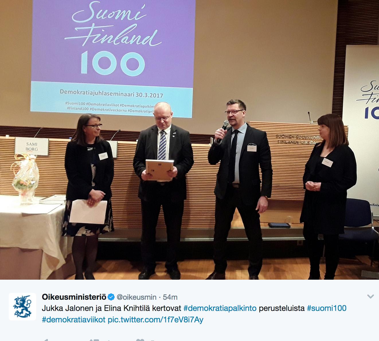 Jääkiekkovalmentaja Jukka Jalonen puhuu Demokratiapalkinnon julkistamistilaisuudessa. (Kuva: Oikeusministeriön Twitter)