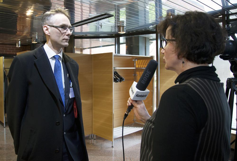Tuomas Pöysti Kuntalehden tuottajan Martta Niemisen haastattelussa. (Kuva: Kari Långsjö)