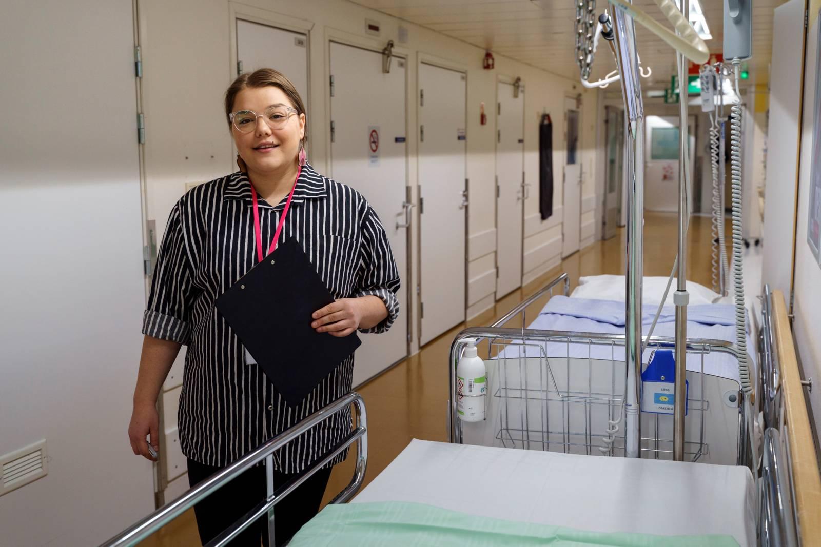 Sosiaalityöntekijä Vera Fiorentino sairaalan käytävällä