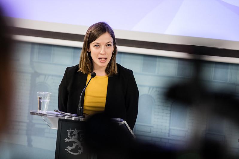Opetusministeri Li Andersson puhuu hallituksen tiedotustilaisuudessa