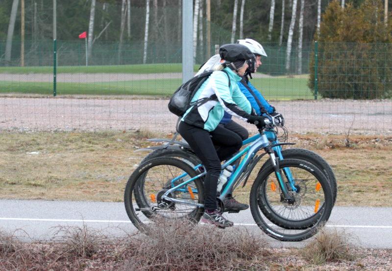 Kaksi pyöräilijää Paloheinässä Helsingissä