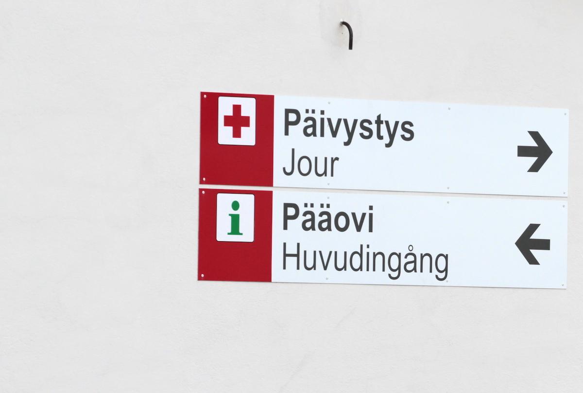 Opaskylttejä Malmin sairaalan pihalla