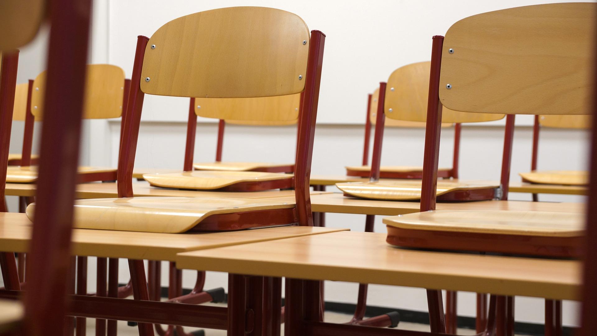 Tuolit nostettu pulpeteille luokassa