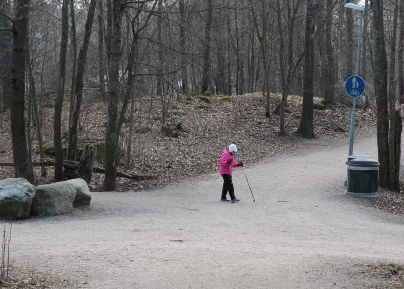 Vanha ihminen ulkoilee puistossa