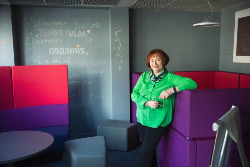 Tutun kaupungin työllisyysjohtaja Riitta Uitto nojaa nojaa Työpisteen seinään