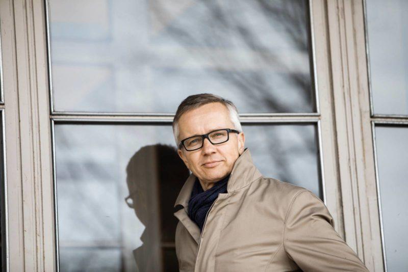Hanselin toimitusjohtaja Anssi Pihkala Postitalon oven edessä