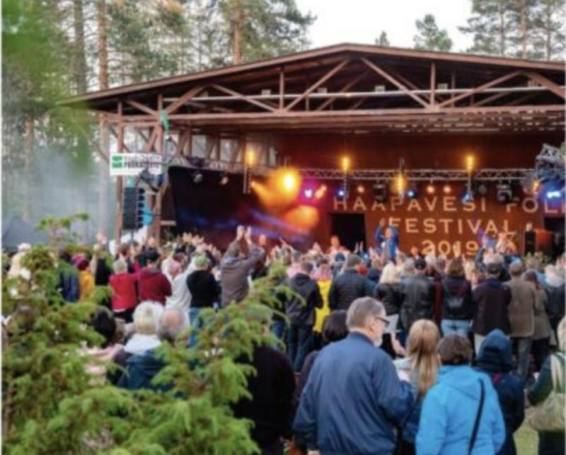 Yleisö seuraa muusikoiden esitystä Haapavesi Folk -tapahtumassa.
