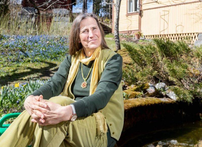 Virpi Raipala-Cormier istuu puutarhassa