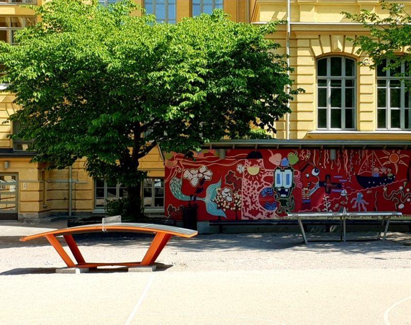Pingispöytä koulun pihalla