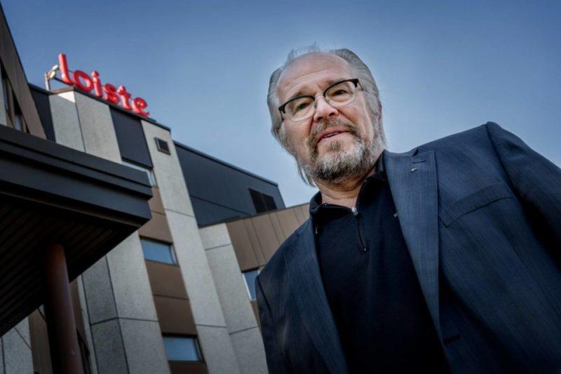Arto Okkonen poseeraa sähköyhtiö Loisteen konttorin edessä