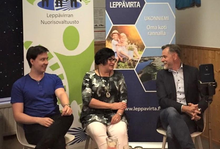 Leppävirran nuorisovaltuuston puheenjohtaja Ville Soininen, sivistysjohtaja Sari Ihalainen ja kunnanjohtaja Matti Raatikainen.