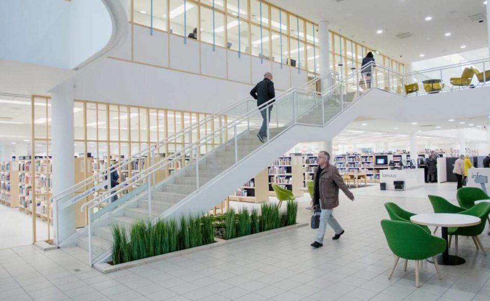 Ihmisiä Lahden kirjaston aulassa