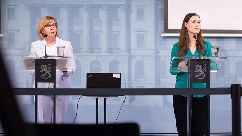 Anna-Maja Henriksson ja Sanna MArin hallituksen tiedotustilaisuudessa