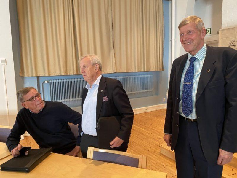 Sosterin päättjäistä Ari Silvennoinen, Pekka Nousiainen ja Ahti Myllys hymyilevät pöydän ääressä