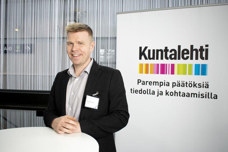 Markus Hirvonen Kuntalehden standillä kuntajohtajapäivillä 2019.