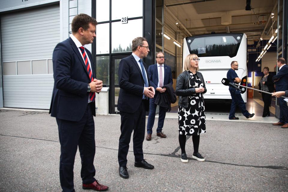 ministerit Ville Skinnari, Mika Lintilä ja Aino-Kaisa Pekonenlahden bussikoritehtaalla