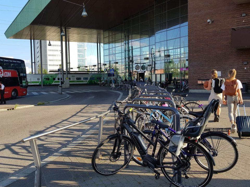 Pyöräparkki Jyväskylän matkakeskuksen edessä