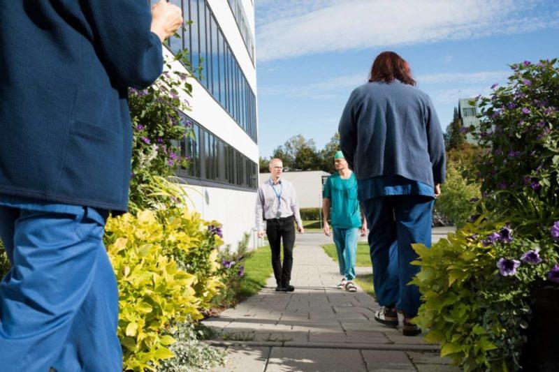 Terveysaseman työntekijöitä ulkosalla