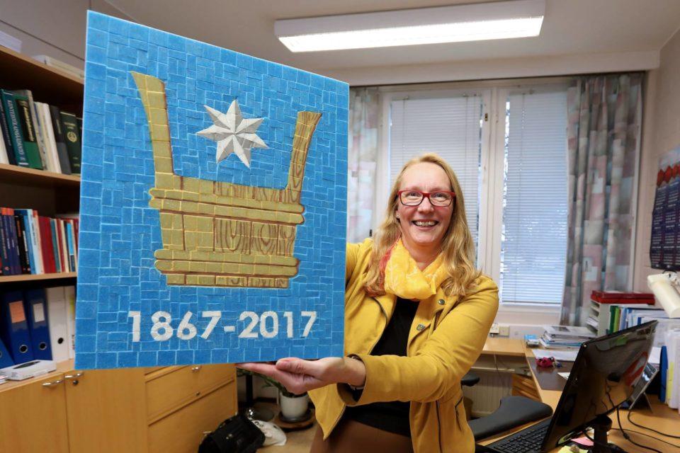 Honkajoen kunnajohtaja Ulla Norrbo esittelee kunnan vaakunaa