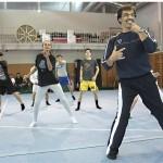 Liikunnanopettaja Paulo Marques muistuttaa hymyn tärkeydestä tanssiharjoituksissa. Portugalilaiskoulujen lukuvuosi jatkuu heinäkuun alkuun.