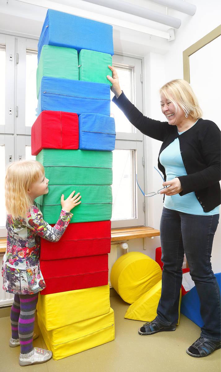 Maija-Liisa Rantalainen rakensi tornia  Saana Toiviaisen  kanssa.