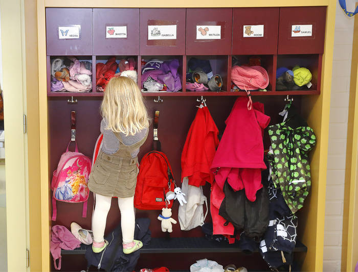 Jokaisella lapsella on Tonttulassa oma lokerona ja naulakkonsa.