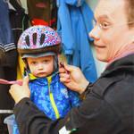 Vilja-tytärtään pukeva Juha Vuorenkoski on tosi tyytyväinen Tonttulan päiväkotiin.