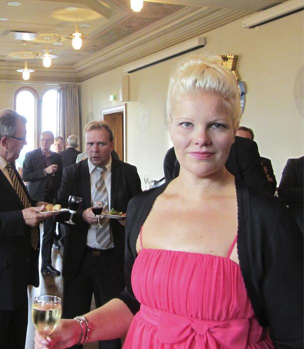 Porin ykköspoliitikko, kaupunginvaltuuston puheenjohtaja Diana Bergroth-Lampinen, sd., emännöi Porin kaupungin vastaanotolla kaupungintalolla kuntajohtajapäivien ensimmäisen päivän päätteeksi.