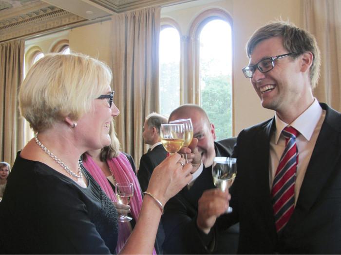 FCG:n Marita Lehikoinen ja Kimmo Haapasalo kilistivät Porin kaupungin vastaanotolla laseja keksittyään uuden tuotteen kuntajohtajille.