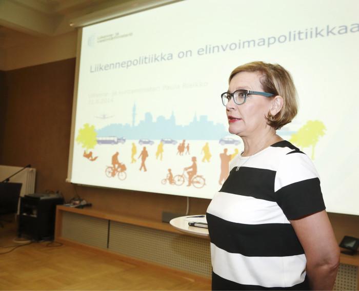 Paula Risikko pitää liikenne- ja kuntaministerin tehtäväyhdistelmää oivallisena.