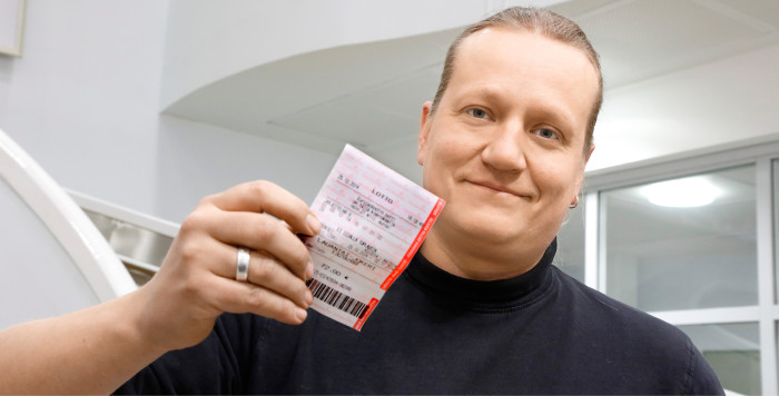 Pukkilan kunnanhallituksen puheenjohtaja Jukka Lehtimäki täytti lottokupongin kunnan hyväksi.