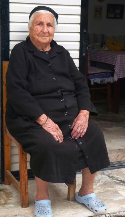 94-vuotias Katholiki Avgouli asuu pienessä talossaan sukulaistensa ympäröimänä.