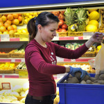 Lipon myyjä Maria Lebedeva laittaa perunat asiakkaan pussiin.