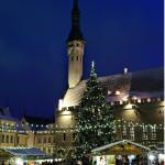 Tallinnan Raatihuoneen tori loistaa jouluvaloissa.