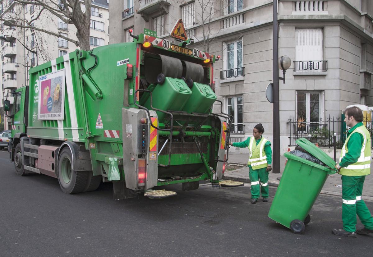 Pariisin puhtaanapitolaitoksella työskentelevä Gilles Marchetti pelkää työilmapiirinkärsivän jos muslimityötovereiden puheista ja tekemisistä aletaan etsiä radikalisoitumisen merkkejä. Työpari Taya Abouki on samaa mieltä.