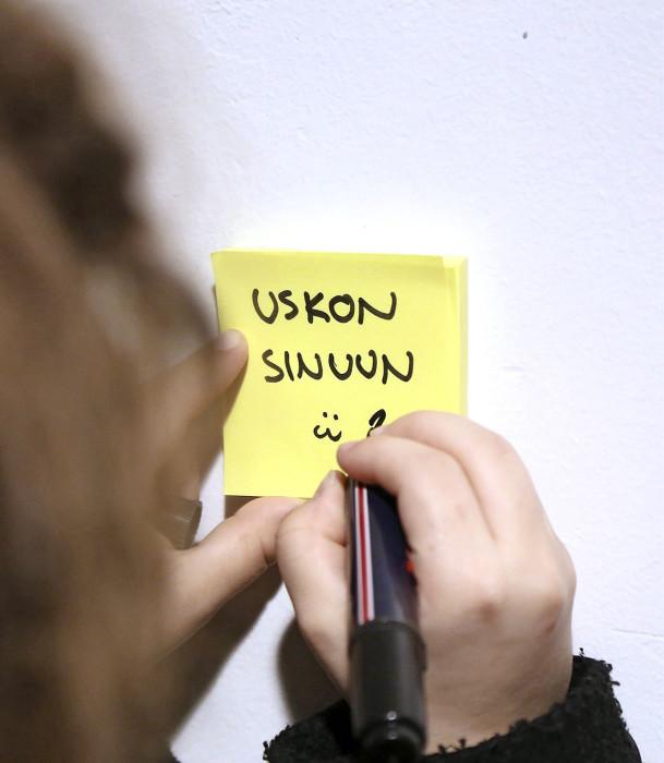 Positiivisia post it -viestejä jaettiin Leppäkorven koululla.