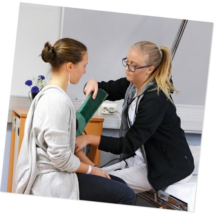 Mathilda Westerback Yrkesakademista Närpiöstä mittasi potilaan verenpaineen.