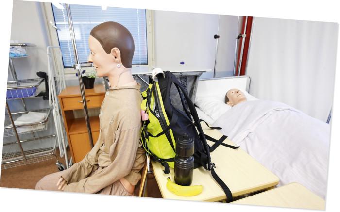Stadin ammattiopiston lähihoitajaopiskelijat harjoittelevat aluksi nukeilla.