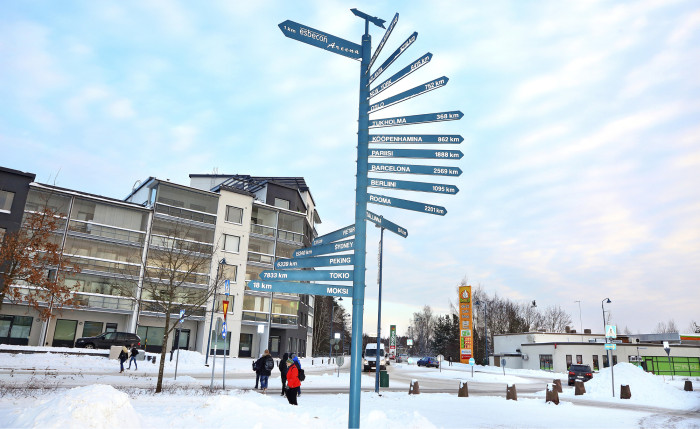 Vihdissä oleskelevat turvapaikanhakijat käyvät ostoksilla Nummelan keskustassa.