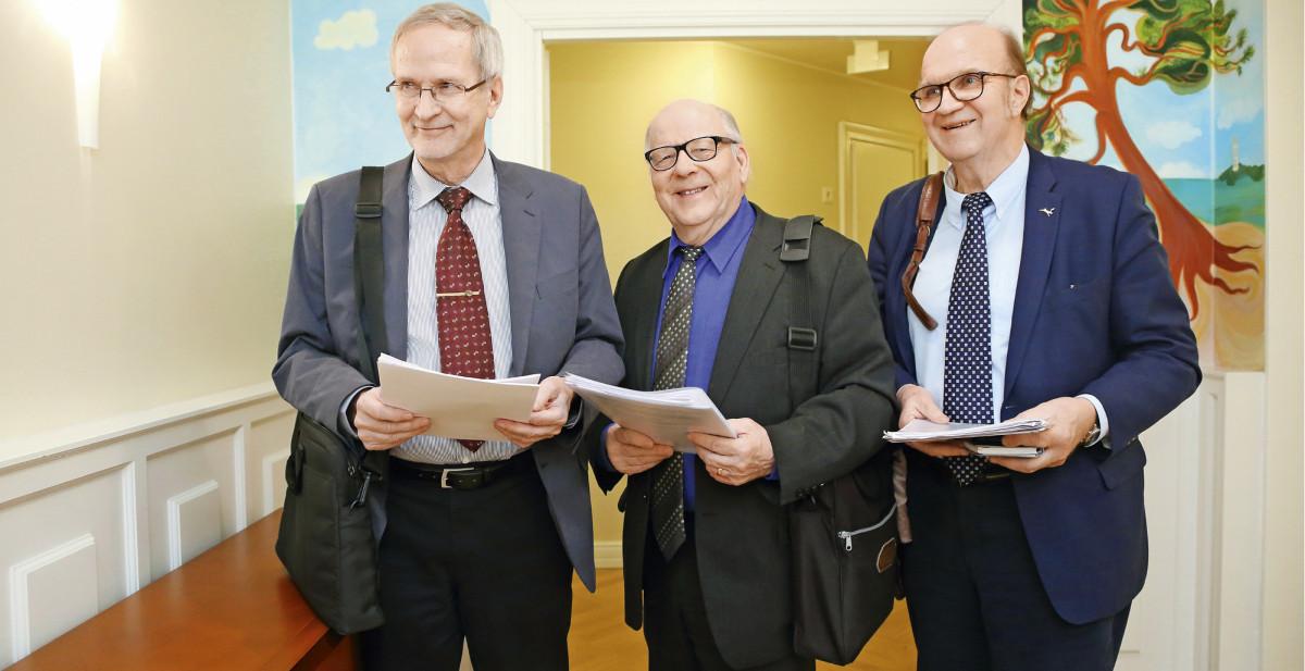 Teuvo Pohjolainen, Hannes Manninen ja Pekka Alanen ovat valmistelleet kunta-alan asiantuntijoina esityksen valtiosääntöoikeuden lahjoitusprofessuurin perustamisesta Joensuun yliopistoon.