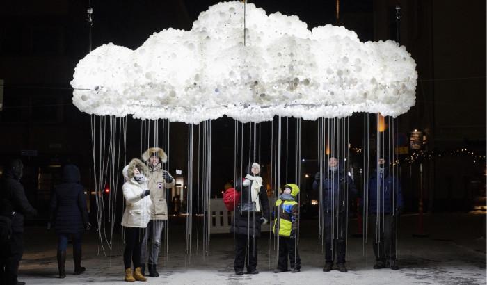 Yksi Lux Helsingin suosituimmista teoksista oli tammikuussa valopilvi Helsingin keskustassa Annankadun ja Kalevankadun risteyksessä. Kuva: Lauri Rotko