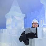 Kemin Matkailu Oy:n toimitusjohtaja Susanna Koutonen tähyilee jäästä rakennetun pienemmän linnan muurilta. Se on lumilinnan sisällä. Tämän vuoden Kemin lumilinnan teema on linna linnassa. Kuva: Vesa Ranta