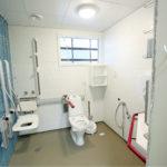 Jokaisessa potilashuoneessa on oma kylpyhuone. Moduleina rakennetut kylpyhuoneet erottuvat ulokkeina talon ulkopuolella.