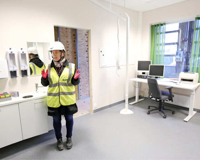 Mallihuoneissa on päästy kokeilemaan huoneiden toimivuutta käytännössä. Projektikoordinaattori Riina Turunen esittelee hammaslääkärin vastaanottohuonetta, jota pienennettiin käytännöllisyyden vuoksi. Hoitotuoli ehdittiin kokeilun jälkeen jo viedä varastoon.
