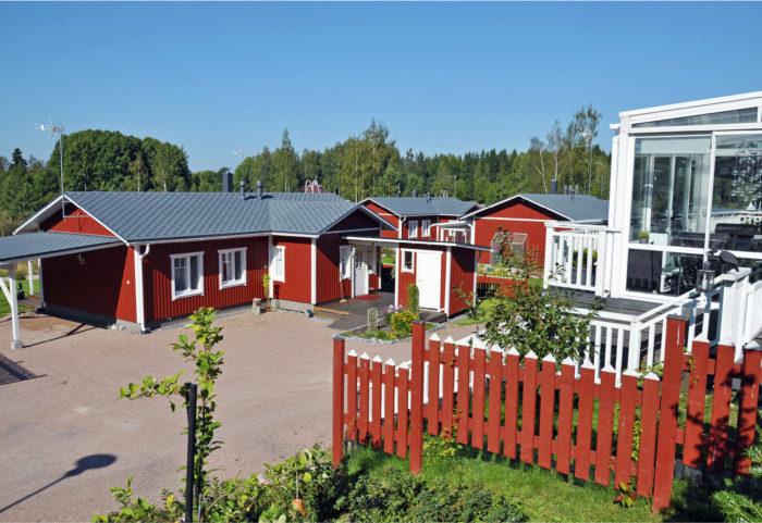 """Lohjan kaupunkiin kuuluvalla Karjalohjalla on Puujärven maisemissa moderni """"mummonmökkikylä"""", johon mahtuu  28 keskikokoista omakotitaloa. Talot pyritään hankkimaan valmistaloina talotehtaalta. Alueella on valmiina kunnallistekniikka, tiet, tori ja valaistut ulkoilupolut."""